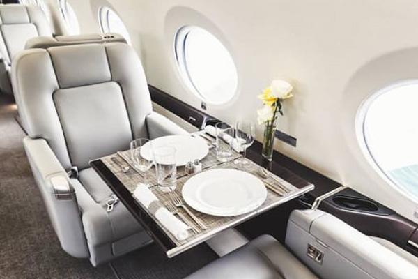 Tiếp viên hàng không VIP: Lương vài trăm USD/ ngày, bay với thi thể - Ảnh 3